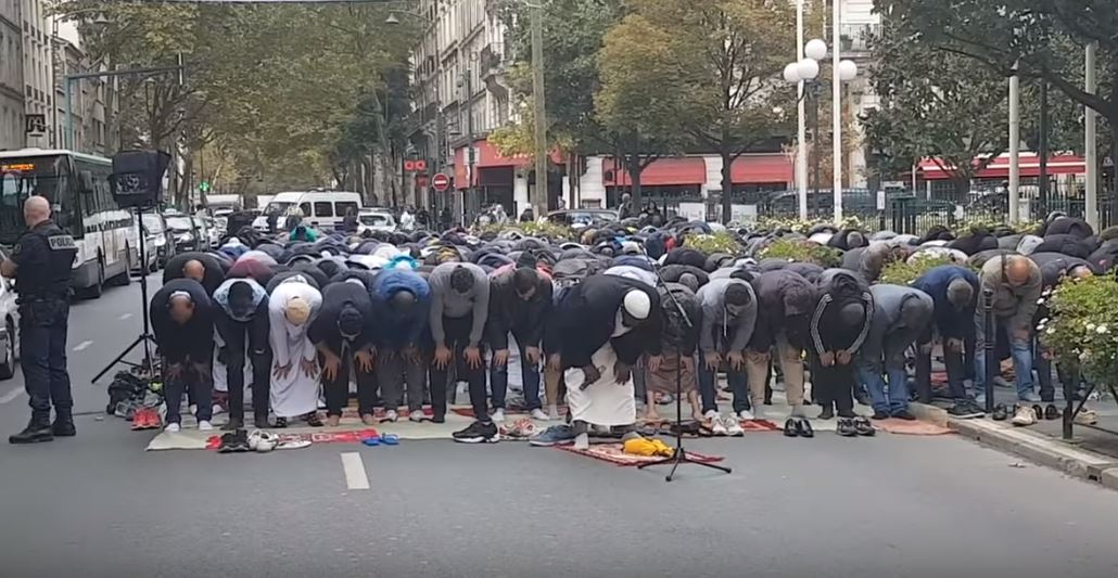 Hundreds of praying Muslims in Paris block traffic whilst chanting death to unbelievers