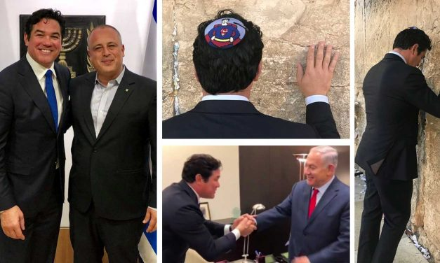 Superman visits Israel, prays for peace