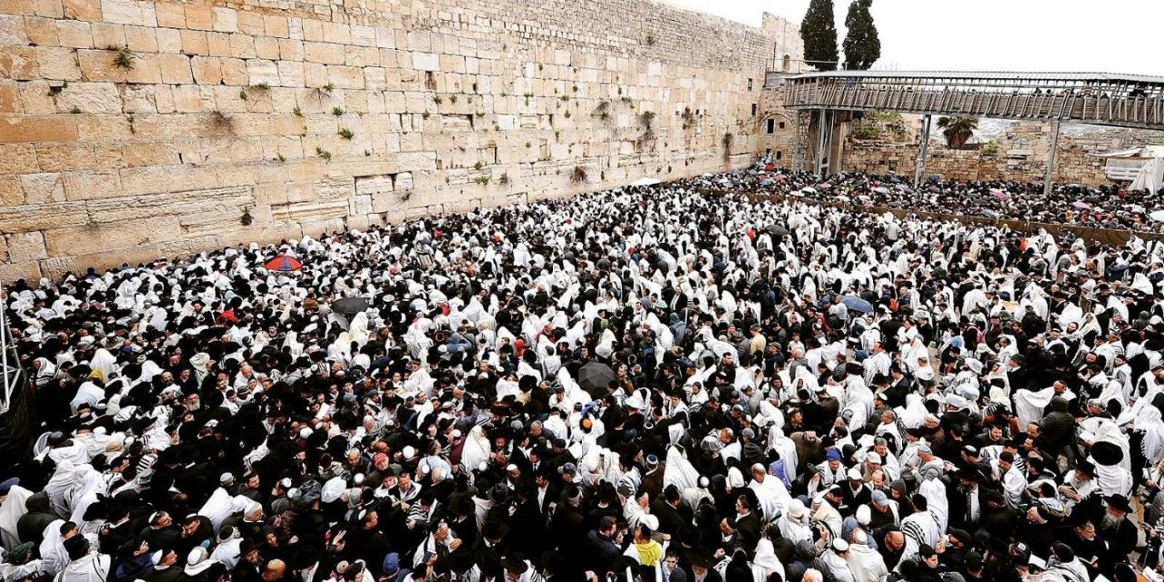 Incredible scenes as more than 750,000 Jews visit Western Wall during Passover