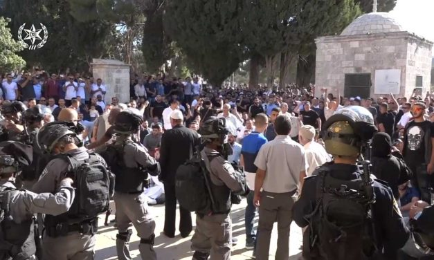 Muslim protesters clash with Israeli police on Temple Mount