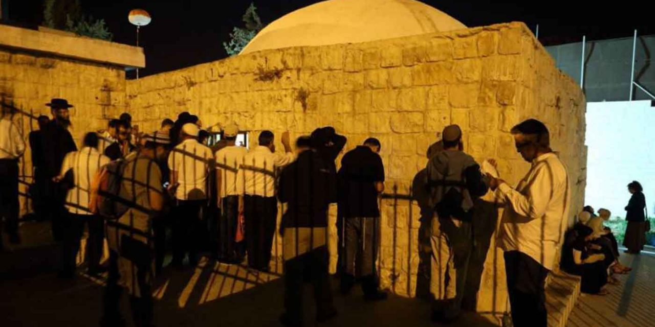 Palestinians hurl firebombs, burn tires as Jews pray at Joseph's Tomb