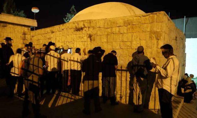 Palestinians hurl firebombs, burn tires as Jews pray at Joseph's Tomb