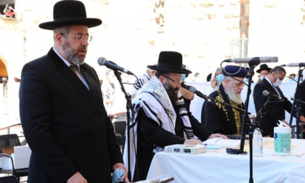 Israeli Rabbis pray for Trump's recovery at Western Wall