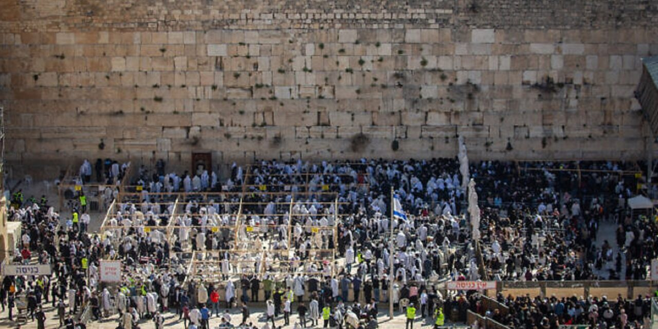 Thousands attend Priestly Blessing at Western Wall for first time since pandemic